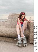Купить «Молодая девушка снимает ролики после катания на Свердловской набережной. Санкт-Петербург», фото № 8132170, снято 20 июня 2015 г. (c) Ивашков Александр / Фотобанк Лори