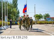 Военнослужащие маршируют на плацу несут флаг РФ и знамя (2015 год). Редакционное фото, фотограф Андрей Воробьев / Фотобанк Лори