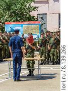 Солдат принимает военную присягу (2015 год). Редакционное фото, фотограф Андрей Воробьев / Фотобанк Лори
