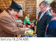 Купить «Актер в костюме купца вручает символический подарок губернатору Тюменской области», эксклюзивное фото № 8274430, снято 24 мая 2015 г. (c) Иван Карпов / Фотобанк Лори