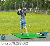 Купить «Молодой игрок в гольф тренируется на поле», фото № 8282662, снято 18 июля 2015 г. (c) Валерия Попова / Фотобанк Лори