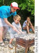 Купить «Семейный отдых с шашлыком на природе», фото № 8369238, снято 9 декабря 2019 г. (c) Светлана Кузнецова / Фотобанк Лори