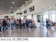 Купить «Очередь на посадку в самолет в зале ожидания вылета в Пулково, Санкт-Петербург», фото № 8380046, снято 5 июля 2015 г. (c) Кекяляйнен Андрей / Фотобанк Лори