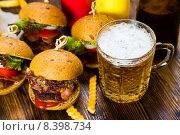 Купить «Гамбургеры и пиво», фото № 8398734, снято 28 июля 2015 г. (c) Руслан Митин / Фотобанк Лори