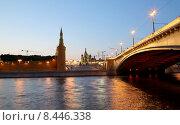 Купить «Вечерняя Москва, вид на набережную, мост и Кремль», фото № 8446338, снято 26 июля 2015 г. (c) Владимир Журавлев / Фотобанк Лори