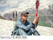 Купить «Альпинист сидит на склоне горы Чегет», фото № 8459306, снято 5 июля 2015 г. (c) katalinks / Фотобанк Лори