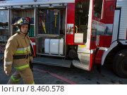 Купить «Сотрудник МЧС принимает участие в тушении пожара летом», фото № 8460578, снято 24 июля 2015 г. (c) Николай Винокуров / Фотобанк Лори