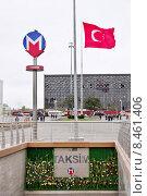 Купить «Логотип стамбульского метро и флаг Турции на фоне Культурного центра Ататюрка. Стамбул, площадь Таксим», эксклюзивное фото № 8461406, снято 19 апреля 2015 г. (c) Илюхина Наталья / Фотобанк Лори