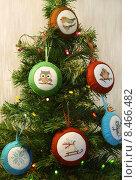 Купить «Игрушки из фетра с вышивкой на маленькой, искусственной ёлке», эксклюзивное фото № 8466482, снято 13 января 2015 г. (c) Dmitry29 / Фотобанк Лори