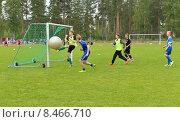 Купить «Виерумяки, Финляндия. Школа футбола уделяет внимание секретам атаки, поэтому приветствуются трюки с гигантским мячом, забивание голов, жесткие схватки 1 на 1 и, конечно, много игры», фото № 8466710, снято 17 июля 2015 г. (c) Валерия Попова / Фотобанк Лори