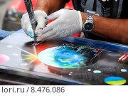 Купить «Художник с картиной», фото № 8476086, снято 25 сентября 2011 г. (c) Морозова Татьяна / Фотобанк Лори