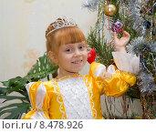 Купить «Счастливый ребенок в костюме принцессы на фоне Новогодней ёлки», фото № 8478926, снято 12 января 2013 г. (c) Олег Хархан / Фотобанк Лори