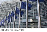 Развевающиеся флаги Евросоюза на фоне здания штаб-квартиры Комиссии, Брюссель (2011 год). Стоковое фото, фотограф Alexey Matushkov / Фотобанк Лори