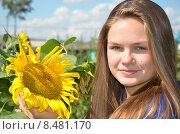 Купить «Юная девушка с подсолнухом», эксклюзивное фото № 8481170, снято 5 августа 2015 г. (c) Ольга Линевская / Фотобанк Лори
