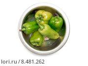 Зеленый перец в металлической посуде на белом фоне, вид сверху. Стоковое фото, фотограф Евгений Пидеркин / Фотобанк Лори