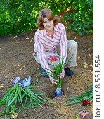 Купить «Женщина высаживает саженцы цветов в саду», фото № 8551554, снято 23 июля 2015 г. (c) Володина Ольга / Фотобанк Лори