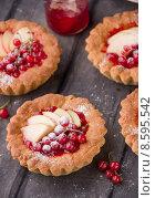 Пирожные корзиночка с яблоками и смородиной. Стоковое фото, фотограф Ника Денова / Фотобанк Лори