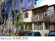 Купить «Внутренний двор жилого дома с висящим бельем. Тбилиси, Грузия», фото № 8645310, снято 2 марта 2015 г. (c) Юлия Батурина / Фотобанк Лори