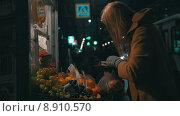 Купить «Женщина покупает фрукты на рынке», видеоролик № 8910570, снято 22 июня 2015 г. (c) Данил Руденко / Фотобанк Лори