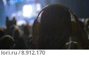 Купить «Фанаты слушают музыку на концерте», видеоролик № 8912170, снято 24 июня 2015 г. (c) Данил Руденко / Фотобанк Лори