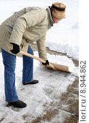 Купить «woman winter snow shovel schneeschaufel», фото № 8944862, снято 26 марта 2019 г. (c) PantherMedia / Фотобанк Лори