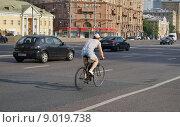 Мужчина на велосипеде едет по Садовому кольцу (2015 год). Редакционное фото, фотограф Dmitry29 / Фотобанк Лори