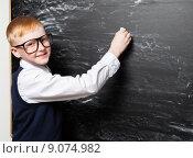 Купить «Мальчик около доски», фото № 9074982, снято 30 марта 2015 г. (c) Гладских Татьяна / Фотобанк Лори