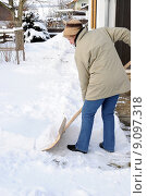 Купить «woman winter snow shovel schneeschaufel», фото № 9097318, снято 26 марта 2019 г. (c) PantherMedia / Фотобанк Лори
