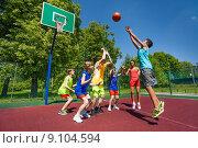 Купить «Дети играют в баскетбол на площадке в летнем парке», фото № 9104594, снято 3 июня 2015 г. (c) Сергей Новиков / Фотобанк Лори
