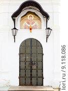 Купить «Вход в церковь», фото № 9118086, снято 15 июля 2015 г. (c) Владимир Мельников / Фотобанк Лори