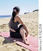 Купить «Bikram yoga arda matsyendrasana pose at beach», фото № 9132318, снято 16 ноября 2018 г. (c) PantherMedia / Фотобанк Лори