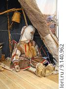 Ненецкий чум и манекен ребёнка, этнографический музей, город Тарко-Сале, Ямал (2015 год). Редакционное фото, фотограф Динара Х / Фотобанк Лори