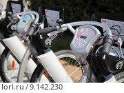 Купить «Велосипеды на станции проката в Москве», фото № 9142230, снято 8 августа 2015 г. (c) Manapova Ekaterina / Фотобанк Лори