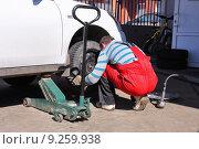Купить «Мастер шиномонтажа производит сезонную замену резины», фото № 9259938, снято 11 апреля 2015 г. (c) Manapova Ekaterina / Фотобанк Лори