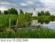 Купить «Храм возле озера», фото № 9292946, снято 7 июня 2013 г. (c) Минаев Сергей / Фотобанк Лори