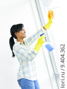 Купить «Smiling woman cleaning windows», фото № 9404362, снято 25 июня 2018 г. (c) PantherMedia / Фотобанк Лори