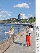 Купить «Город Тюмень. Женщина фотографирует девочку на набережной реки Туры», фото № 9627026, снято 25 июля 2015 г. (c) Александр Тараканов / Фотобанк Лори