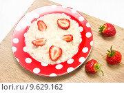 Купить «Овсяная каша на завтрак», фото № 9629162, снято 9 августа 2015 г. (c) Наталья Осипова / Фотобанк Лори