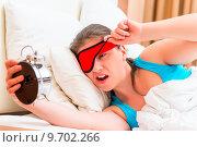 Купить «Недовольная девушка проснулась от будильника», фото № 9702266, снято 26 апреля 2015 г. (c) Константин Лабунский / Фотобанк Лори