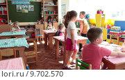 Завтрак в детском садике, дети сидят за столами (2015 год). Редакционное видео, видеограф Кекяляйнен Андрей / Фотобанк Лори