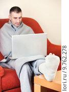Купить «man with broken leg», фото № 9762278, снято 18 июня 2019 г. (c) PantherMedia / Фотобанк Лори