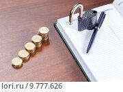 Купить «Золотые монеты, блокнот и замок - концепция финансовой безопасности», фото № 9777626, снято 28 апреля 2015 г. (c) Евгений Ткачёв / Фотобанк Лори