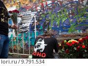 Купить «Фанаты творчества Виктора Цоя пришли с цветами почтить память кумира к мемориальной стене на улице Старый Арбат в городе Москве в 25-летний юбилей со дня гибели певца, Россия», фото № 9791534, снято 15 августа 2015 г. (c) Николай Винокуров / Фотобанк Лори