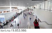 Купить «Зал отправления и выхода на посадку с ожидающими пассажирами. Аэропорт Пулково, Санкт-Петербург», видеоролик № 9853986, снято 2 августа 2015 г. (c) Кекяляйнен Андрей / Фотобанк Лори