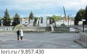 Купить «Люди стоят около фонтана в парке на улице Горошникова, Нижний Тагил», видеоролик № 9857430, снято 2 августа 2015 г. (c) Кекяляйнен Андрей / Фотобанк Лори
