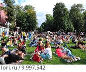 Люди сидят и лежат на зеленой траве. Фестиваль джаза в Эрмитаже. (2015 год). Редакционное фото, фотограф Лилия Линкевич / Фотобанк Лори