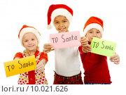 Купить «Three children holding their letters with note 'To Santa'», фото № 10021626, снято 22 июля 2019 г. (c) PantherMedia / Фотобанк Лори