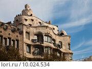 Купить «Дом Casa Mila La Pedrera в Барселоне. Архитектор Антонио Гауди», фото № 10024534, снято 20 ноября 2011 г. (c) Victoria Demidova / Фотобанк Лори