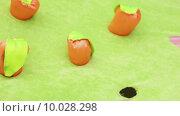 Купить «Ребенок садит игрушечную морковь», видеоролик № 10028298, снято 29 мая 2014 г. (c) Потийко Сергей / Фотобанк Лори
