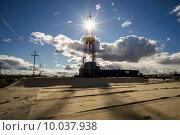 Купить «Нефтяная вышка», фото № 10037938, снято 14 августа 2015 г. (c) Алексей Маринченко / Фотобанк Лори